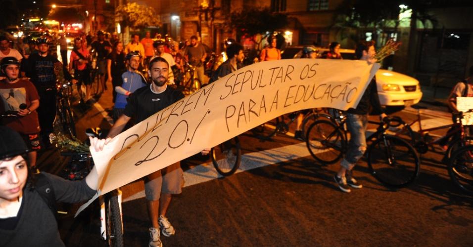 29.abr.2014 - Dezenas de ciclistas participaram de um protesto na noite desta terça-feira (29) no centro de Porto Alegre pela manutenção da lei municipal que destina 20% das multas de trânsito à construção de ciclovias e a campanhas educativas para o trânsito da capital gaúcha. Os ciclistas se reuniram no largo Zumbi dos Palmares e caminharam em direção à prefeitura