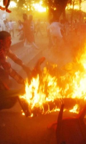 29.abr.2014 - Indianos tentam apagar chamas dos corpos de dois homens em um parque em Sultanpur, na Índia. Um debate eleitoral realizado por uma emissora de TV no local terminou em tragédia quando um homem ateou fogo no próprio corpo e abraçou a segunda vítima, um político da região. A TV gravava um programa no parque
