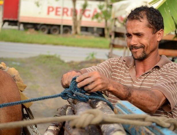 29.abr.2014 - Jailson Leandro da Silva, 36, mora no acampamento Genipap, e espera até hoje a chegada da energia