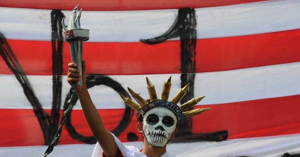 29.abr.2014 - Manifestante filipino fantasiado de Estátua da Liberdade, um dos símbolos dos Estados Unidos, protesta perto do palácio presidencial Malacanang, em Manila (Filipinas), durante estada do presidente norte-americano, Barack Obama, no país. Vários protestos foram realizados contra o acordo assinado entre EUA e Filipinas dando mais acesso aos norte-americanos às bases militares no país do sudeste asiático. Obama encerrou nesta terça-feira (29) sua viagem por países na região