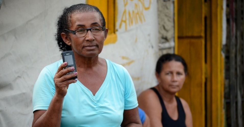 29.abr.2014 - Margarida Soares, 63, tem celular, mas precisa carregar na borracharia que fica fora do acampamento, do outro lado da BR-101