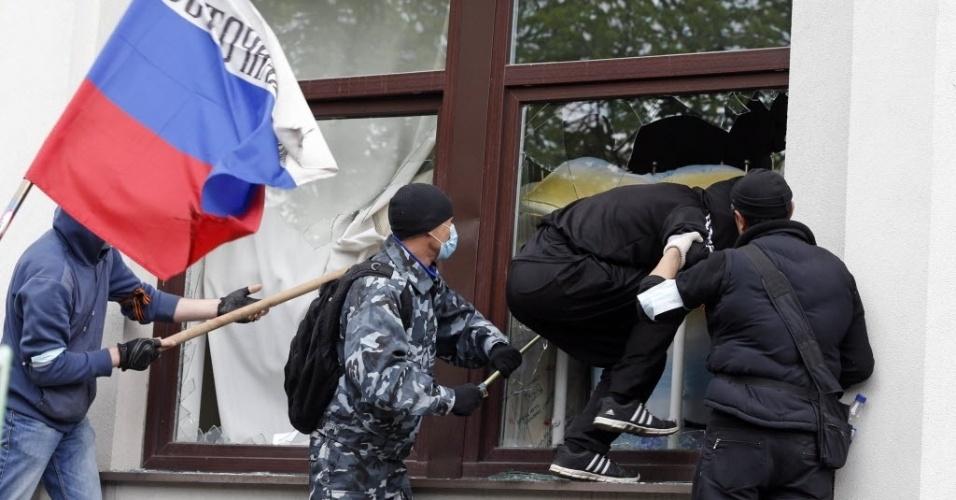 29.abr.2014 - Mascarados pró-Rússia invadem o prédio da administração regional de Luhansk, no leste da Ucrânia, nesta terça-feira (29)