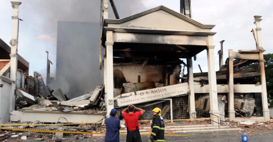 29.abr.2014 - O incêndio que atingiu a loja Dois Anjos, no bairro Estreito, em Florianópolis (SC), ainda era monitorado, na manhã desta terça-feira (29), pelo Corpo de Bombeiros. Mais de 200 mil litros de água foram utilizados no combate ao fogo. Três caminhões e uma equipe de 11 pessoas trabalhavam no local