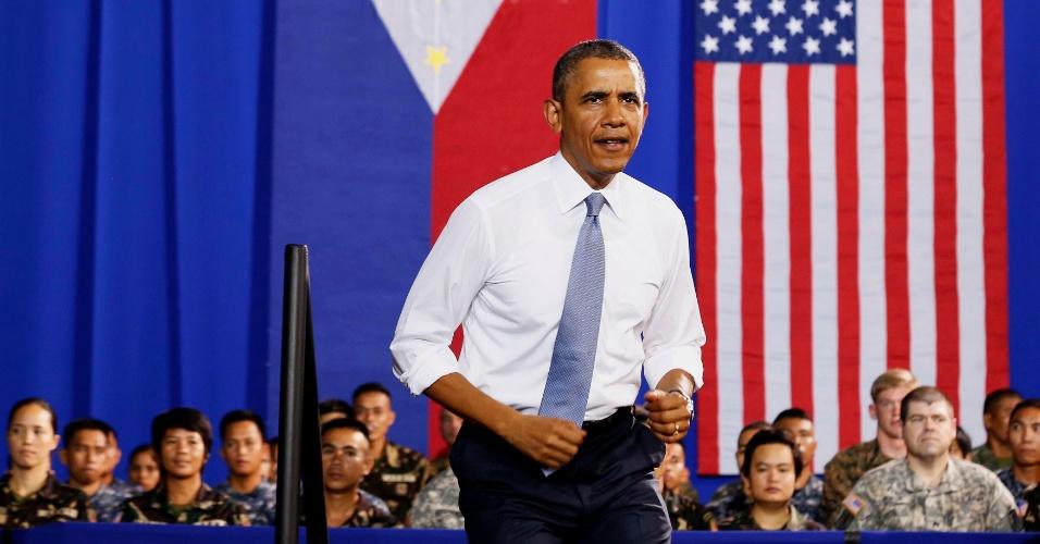 29.abr.2014 - O presidente dos EUA, Barack Obama, discursa para tropas no forte Bonifacio, em Manila (Filipinas), nesta terça-feira (29). Obama disse que o novo pacto militar assinado com as Filipinas na segunda-feira não tem como objetivo combater o crescente poderio militar da China no sudeste asiático. O acordo permitirá maior presença das forças dos EUA no país com objetivo de reforçar a segurança marítima filipina