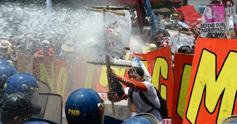 29.abr.2014 - Polícia filipina utiliza canhões de água para conter manifestantes perto da embaixada dos Estados Unidos em Manila (Filipinas), que protestavam contra o presidente norte-americano. Barack Obama fechou acordos militares com o presidente filipino, Benigno Aquino, e encerrou hoje sua visita pela Ásia
