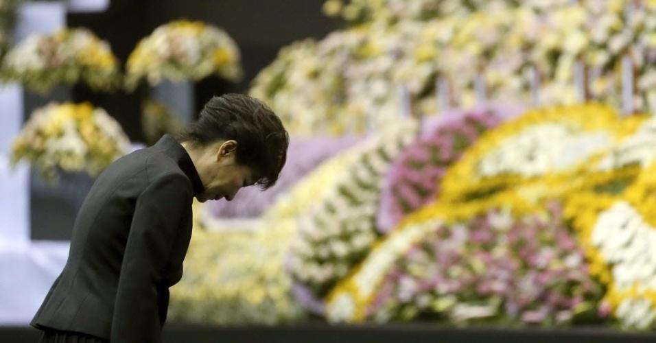 29.abr.2014 - Presidente da Coreia do Sul, Park Geun-hye, participa de homenagem em Ansan às vítimas do naufrágio da balsa Sewol, que afundou no dia 16 de abril com 476 pessoas a bordo, no mar ao sul do país. Cerca de 300 morreram ou continuam desaparecidas, a maioria estudantes e professores de uma escola de ensino médio