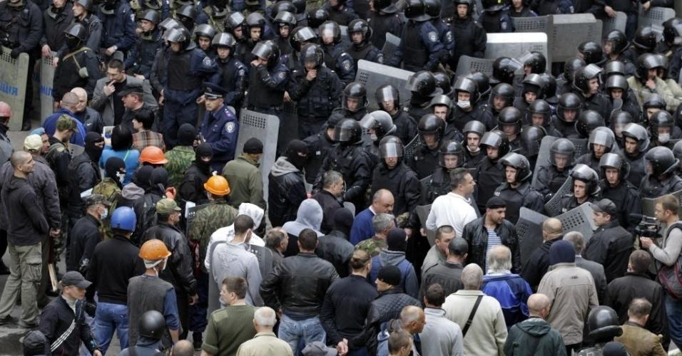 29.abr.2014 - Separatistas se reúnem em oposição a integrantes do Ministério do Interior da Ucrânia fora do prédio da administração pública de Luhansk, no leste do país, que foi invadido nesta terça-feira (29) por mascarados pró-Rússia