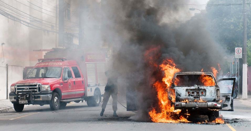 29.abr.2014 - Um carro pegou fogo na avenida Henrique Moscoso, no centro de Vila Velha (ES), na manhã desta terça-feira (29). O incêndio teve início no motor do veículo. O motorista e sua filha conseguiram sair sem ferimentos, e bombeiros apagaram as chamas