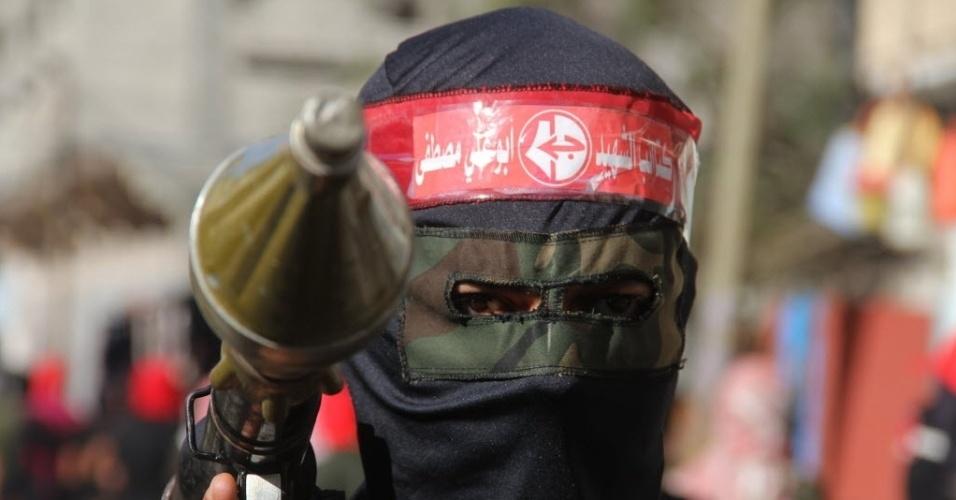 29.abr.2014 - Um militante palestino da Frente Popular de Libertação Palestina segura um morteiro durante parada militar em Khan Yunis, no sul da faixa de Gaza, nesta terça-feira (29)