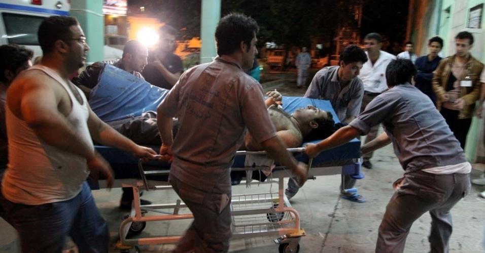 29.abr.2014 - Vítima de um ataque a bomba é levada a hospital em Sulaimaniya, no Iraque. Um homem-bomba provocou ao menos 30 mortes e deixou outras 50 pessoas feridas na cidade de Khanaqin, a nordeste de Bagdá, nesta segunda-feira (28). A foto foi divulgada nesta terça-feira (29)