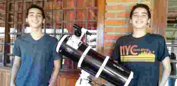 Daniel e Rafael ao lado de um telescópio, em Passa Quatro (MG), local de treinamento para as olimpíadas - Divulgação/Pâmela Marjorie