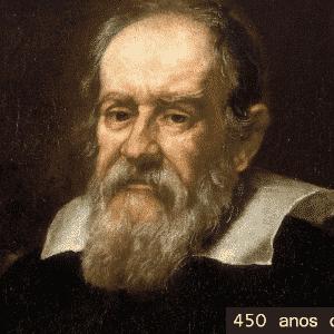 1564 - 450 anos de Galileu Galilei. Galileu desenvolveu os fundamentos da mecânica com o estudo de máquinas simples (alavanca, plano inclinado, parafuso etc.). Entre suas criações se destacam: o binóculo, a balança hidrostática, o compasso geométrico, uma régua calculadora e o termobaroscópio. A partir de suas descobertas astronômicas, defendeu a tese de Copérnico de que a Terra não ficava no centro do Universo. Como essa teoria era contrária ao dogma da Igreja, foi perseguido, processado duas vezes e obrigado a negar suas ideias publicamente - Arte UOL/Wikimedia Commons