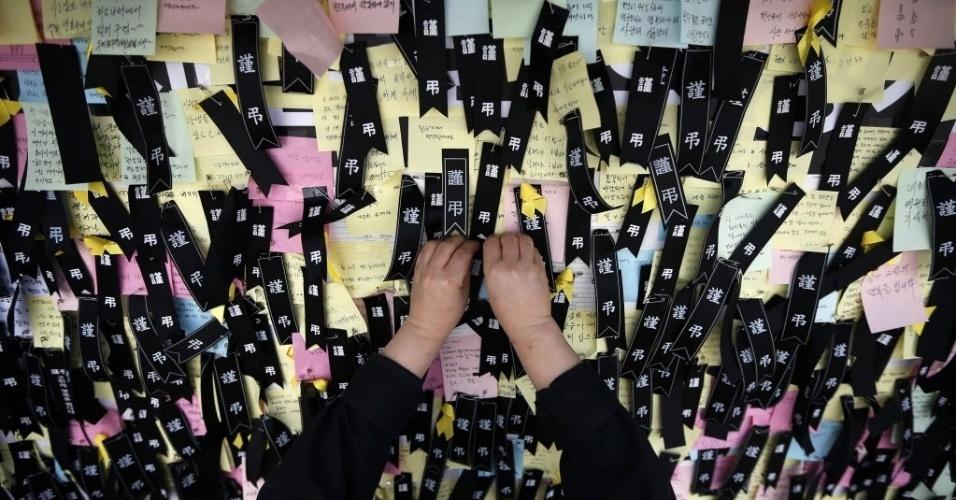 30.abr.2014 - Bilhete póstumo é colocado no memorial às vítimas do naufrágio na Coreia do Sul, em Ansan (30 km de Seul). Uma balsa levando 476 pessoas para a ilha de Jeju, um destino turístico no país, afundou no dia 16 de abril, deixando cerca de 300 mortos ou desaparecidos