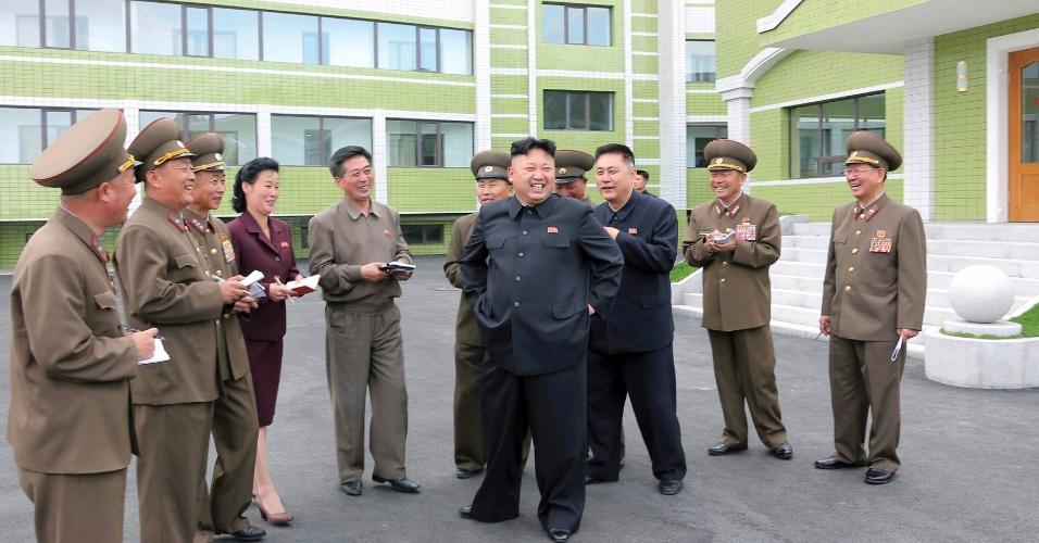 30.abr.2014 - O líder norte-coreano Kim Jong-un (ao centro) visita o recém-construído dormitório da fábrica têxtil Kim Jong Suk Pyongyang, na capital da Coreia do Norte. A foto, que não tem data, foi liberada pela agência oficial de notícias do país nesta terça-feira (30)