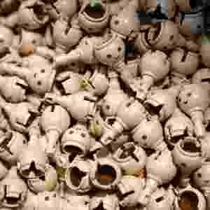 Cabeças de bonecos Playmobil amontoadas na fábrica em Malta - Darrin Zammit Lupi/Reuters