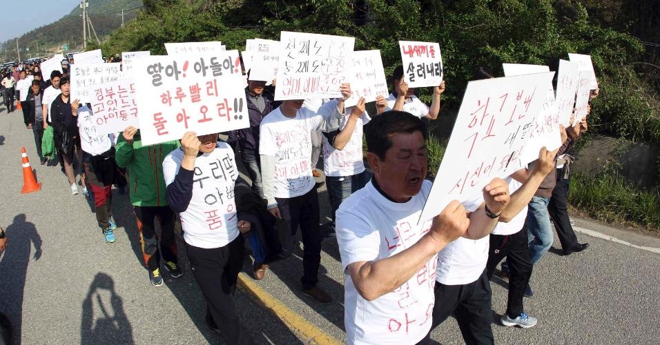 1º.mai.2014 - Familiares de vítimas do naufrágio com a balsa Sewol, que afundou há quinze dias com mais de 300 pessoas a bordo.