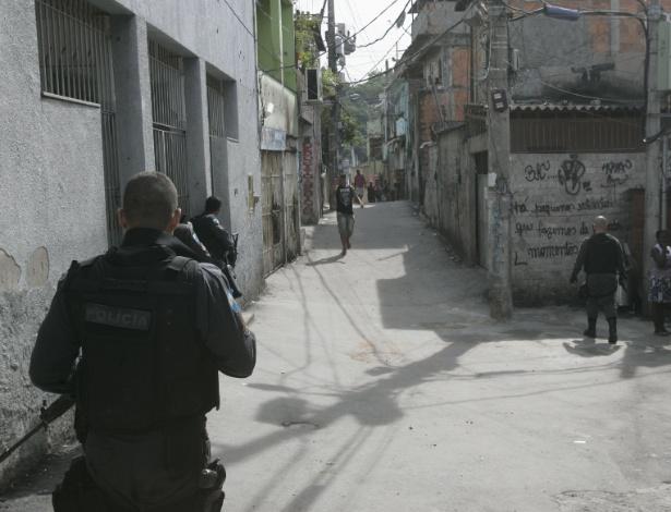 Policiais militares da UPP (Unidade de Polícia Pacificadora) do Complexo de favelas do Alemão, no Rio de Janeiro, patrulham localidade conhecida como Largo do Mineiro