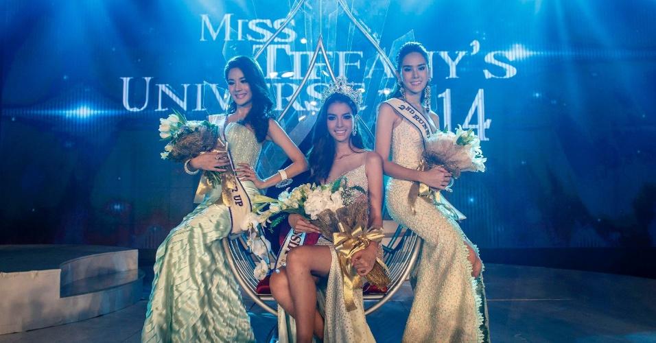 2.mai.2014 - Nissa Katerahong (centro) posa para fotos com a segunda e terceira colocadas no Miss Tiffany's Universo 2014, um concurso de beleza para travestis que aconteceu em Pattaya (Tailândia). O certame quer promover uma imagem positiva dos travestis