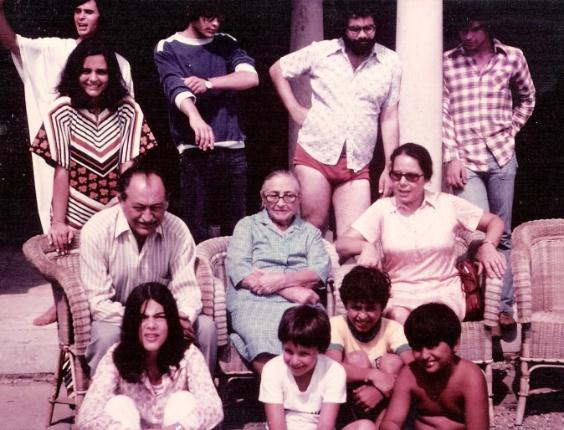2.mai.2014 - O ex-governador de Pernambuco Eduardo Campos (de camisa da seleção brasileira) quando criança em foto com a família