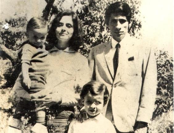 2.mai.2014 - O ex-governador de Pernambuco Eduardo Campos (de pé) quando criança, ao lado do pai, Maximiano Accioly Campos, da mãe, Ana Arraes, e do irmão mais novo (no colo)