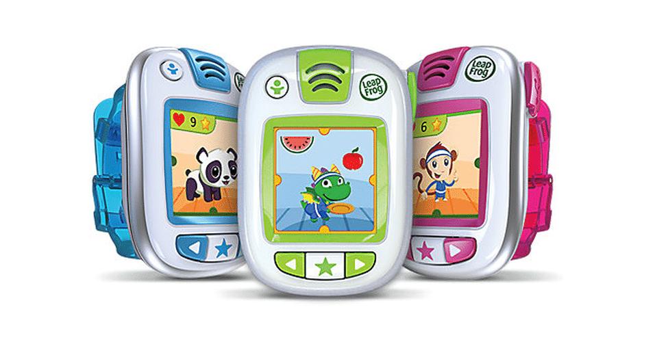2.mai.2014 - O LeapBand é um gadget vestível para crianças, que funciona como uma pulseira inteligente. O brinquedo propõe diferentes desafios, para que os pequenos saiam do sofá e façam atividades físicas. Entre os objetivos propostos estão imitar um canguru e pular como um sapo, por exemplo. Cada tarefa cumprida desbloqueia novas brincadeiras e recursos. Disponível em azul, verde e rosa, o produto custa US$ 40 (cerca de R$ 89)