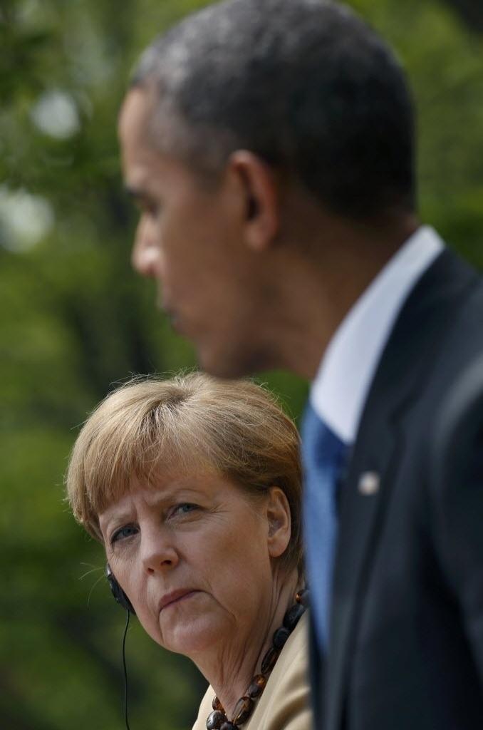 """2.mai.2014 - Presidente dos EUA, Barack Obama, e a chanceler alemã, Angela Merkel, se encontraram no Salão Oval da Casa Branca, em Washington, nos Estados Unidos, para discutir a crise na Ucrânia, nesta sexta-feira (2). Obama disse que seguirá com sanções """"setoriais"""" contra a Rússia se Moscou interferir nas eleições na Ucrânia, marcadas para o próximo dia 25. Os dois líderes destacaram que a melhor saída para a crise no país é a solução diplomática, mas que não hesitarão em ampliar os embargos -que, no caso dos EUA, poderão incluir os setores de energia, armas e crédito"""