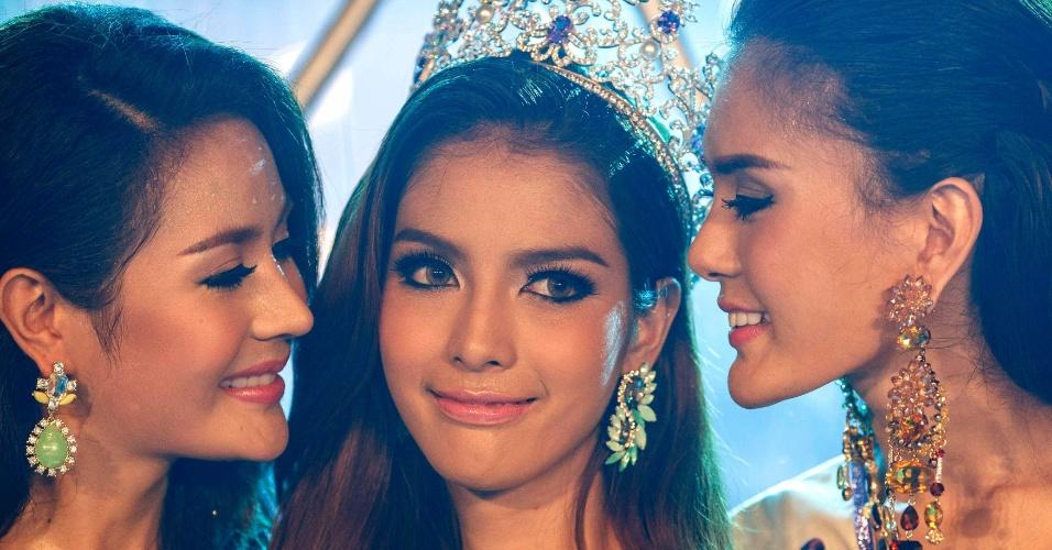 2.mai.2014 - Vencedora Nissa Katerahong (centro) é beijada pelas colegas após ser coroada Miss Tiffany's Universo 2014, um concurso de beleza de travestis que aconteceu em Pattaya (Tailândia). O certame quer promover uma imagem positiva dos travestis