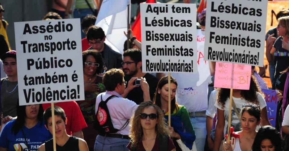 """3.mai.2014 - Manifestantes participam da Caminhada de Mulheres Lésbicas e Bissexuais neste sábado (3), em São Paulo. Com concentração foi na praça  do Ciclista, na avenida Paulista, a marcha desceu a rua Augusta e seguiu até o largo do Arouche, onde haverá shows até as 21h. O ato reivindica a """"igualdade de direitos e combate ao machismo, lesbofobia, bifobia, transfobia e racismo"""""""