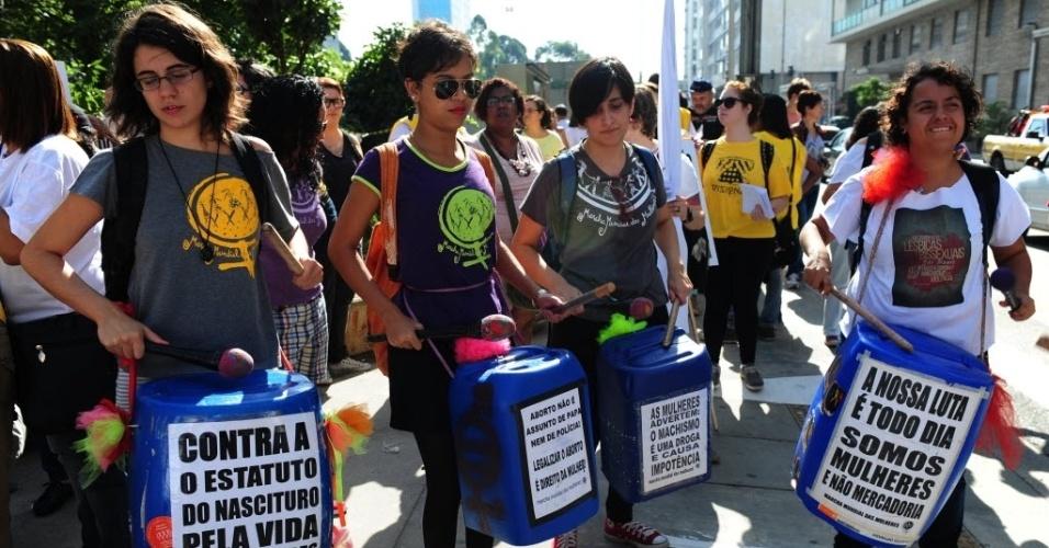 3.mai.2014 - Manifestantes participam da Caminhada de Mulheres Lésbicas e Bissexuais neste sábado (3), em São Paulo. Com concentração foi na praça  do Ciclista, na avenida Paulista, a marcha deve descer a rua Augusta e seguir até o largo do Arouche, onde haverá shows até as 21h