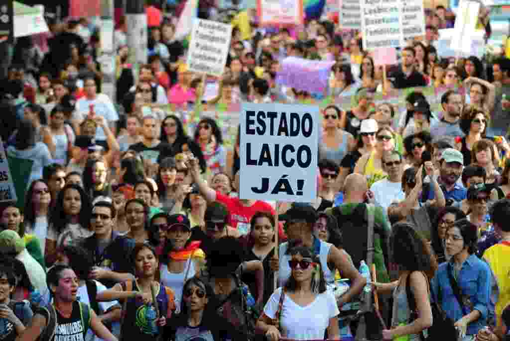 3.mai.2014 - Manifestantes participam da Caminhada de Mulheres Lésbicas e Bissexuais neste sábado (3), em São Paulo. Com concentração foi na praça  do Ciclista, na avenida Paulista, a marcha deve descer a rua Augusta e seguir até o largo do Arouche, onde haverá shows até as 21h - Junior Lago/UOL