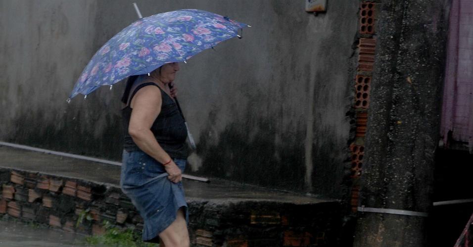 4.mai.2014 - Chuva causou alagamentos na região central de Manaus na tarde deste domingo (4)