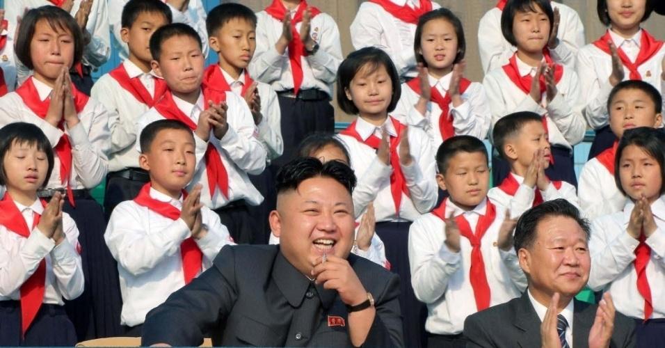 4.mai.2014 - Líder norte-coreano, Kim Jong-Un (ao centro), assistiu a um jogo de futebol para crianças durante visita ao acampamento recentemente remodelado de Songdowon, na cidade de Wonsan, na província de Kangwon, da Coréia do Norte