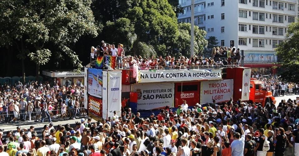 4.mai.2014 - Multidão ocupa as ruas da capital paulista na 18ª Parada do Orgulho de Lésbicas, Gays, Bissexuais, Travestis e Transexuais de São Paulo neste domingo (4)