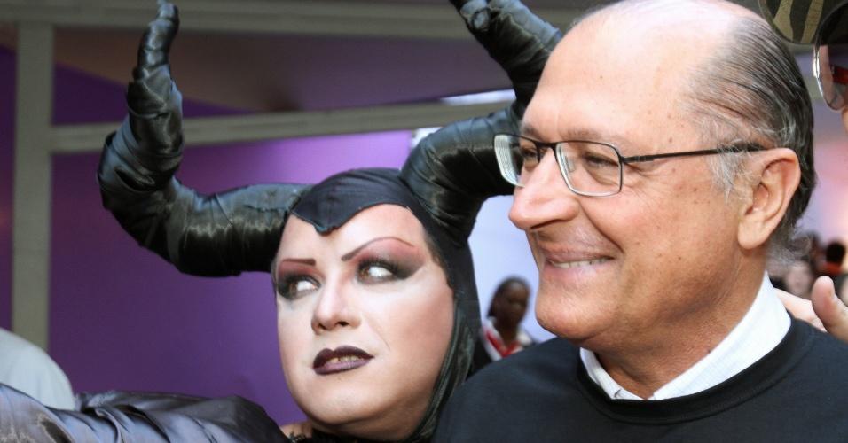 4.mai.2014 - O governador de São Paulo, Geraldo Alckmin (PSDB), posa para foto ao lado de participante da 18ª Parada do Orgulho de Lésbicas, Gays, Bissexuais, Travestis e Transexuais de São Paulo neste domingo (4)