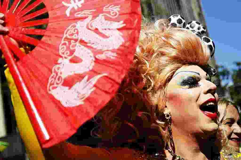 4.mai.2014 - Participantes se fantasiam e ocupam as ruas na 18ª Parada do Orgulho de Lésbicas, Gays, Bissexuais, Travestis e Transexuais de São Paulo neste domingo (4) - Reinaldo Canato/UOL