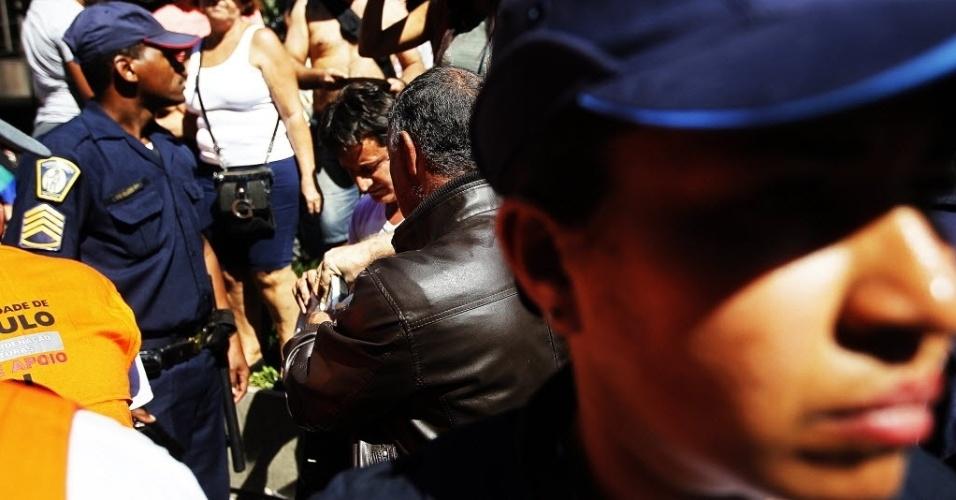4.mai.2014 - Policiais fiscalizam a 18ª Parada do Orgulho de Lésbicas, Gays, Bissexuais, Travestis e Transexuais de São Paulo neste domingo (4)
