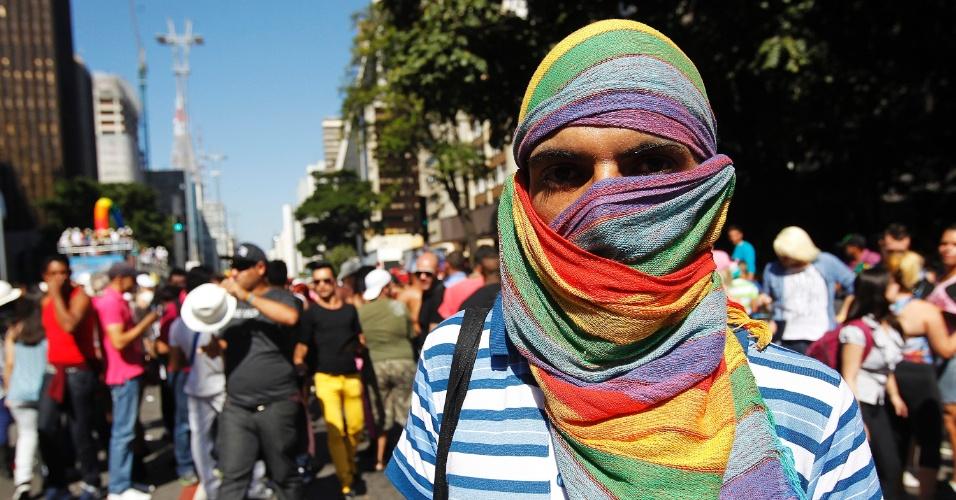 Militante gay cobre rosto para denunciar agressão de homofobia durante Parada LGBT de São Paulo