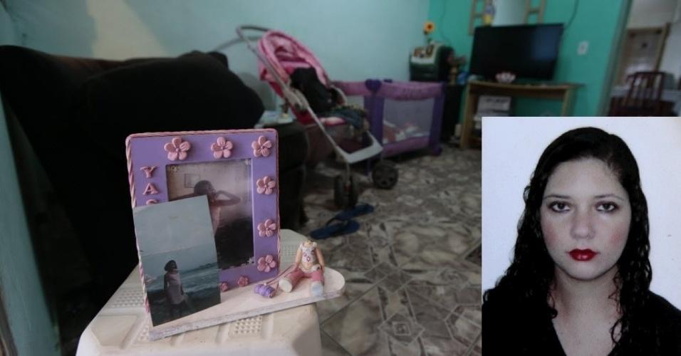 5.mai.2014 - O porta-retratos com foto de Fabiane Maria de Jesus, 31, ainda está na sala da residência da dona de casa, que morreu na manhã desta segunda-feira (5), em Guarujá, no litoral paulista. Ela foi espancada por um grupo de pessoas na comunidade de Morrinhos 1, sob a acusação de ser a sequestradora de crianças para rituais de magia negra