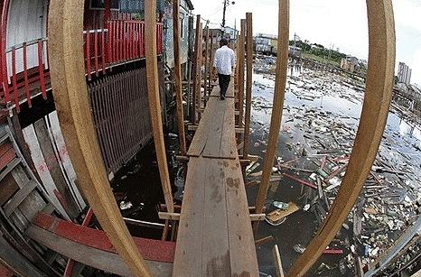 Enchente dos rios faz com que Prefeitura de Manaus improvise pontes de madeira