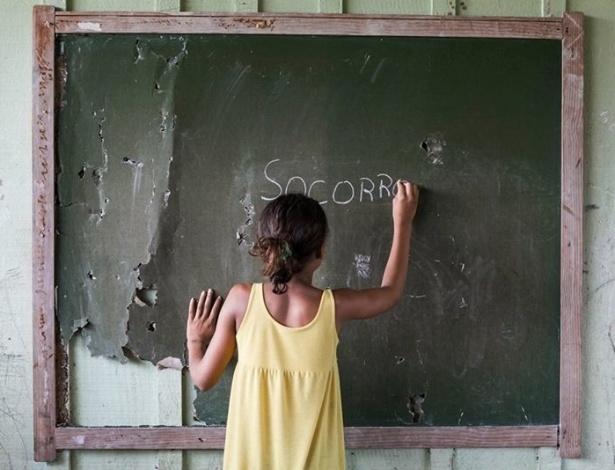 Sem banheiro, alunos de escola do Pará usam buracos em matagal