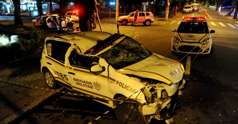 5.mai.2014 - Cinco pessoas ficaram feridas no final da noite desta segunda-feira (5) após uma colisão entre dois carros no bairro Moinhos de Vento, em Porto Alegre. Um dos carros envolvidos no acidente era da Brigada Militar