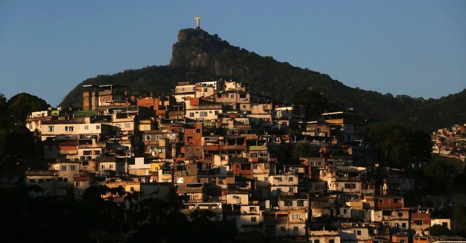 6.mai.2014 - A estátua do Cristo Redentor forma cenário com a favela no Rio de Janeiro, em foto tirada nesta terça-feira (6)