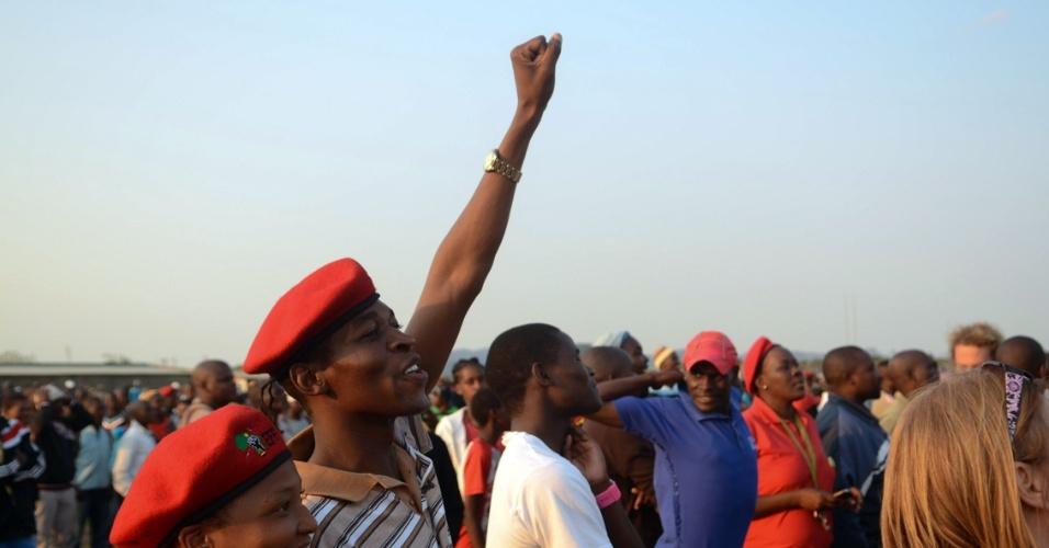 6.mai.2014 - Apoiadores do EFF se aglomeram para ver o líder do partido Julius Malema, candidato à presidência da África do Sul, um dia antes da realização das eleições gerais no país. Essa é a primeira eleição presidencial da África do Sul após a morte do líder sul-africano Nelson Mandela, ícone na luta contra o apartheid. Os principais candidatos são o atual presidente do país, Jacob Zuma, e o seu rival, Julius Malema, do partido EFF (Lutadores da Liberdade Econômica)