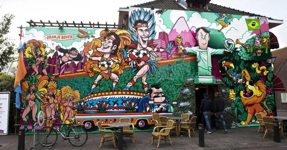 6.mai.2014 - Café na cidade de Beverwijk, na Holanda, ganha decoração alusiva à Copa do Mundo Fifa 2014. No mural, se pode ver os jogadores da seleção holandesa Daley Blind e Robin van Persie vestidos de biquíni, ao lado do treinador Louis van Gaal