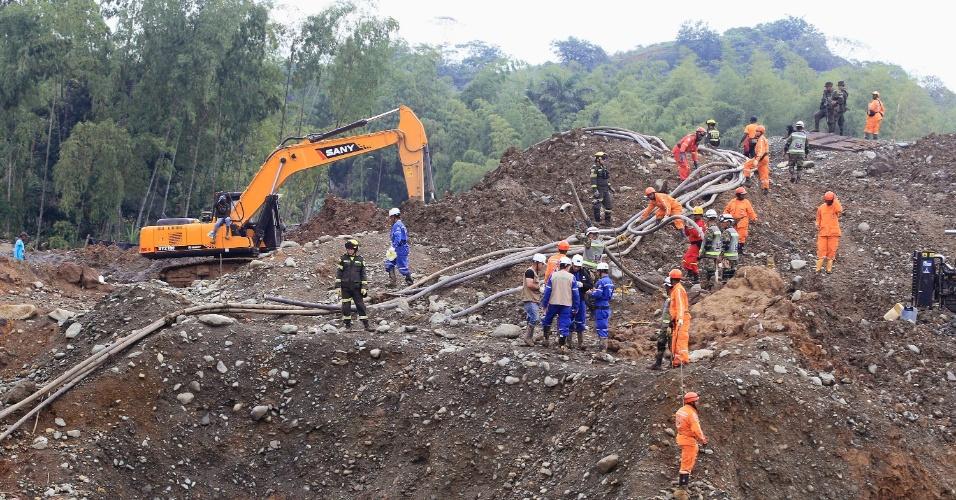 6.mai.2014 - Equipes de resgate procuram corpos de mineiros soterrados nos escombros de uma mina ilegal de ouro que desmoronou na zona rural de Santander de Quilichao, no sul da Colômbia, nesta terça-feira (6). O acidente ocorreu na última quarta e 12 mortes já foram confirmadas pelas autoridades