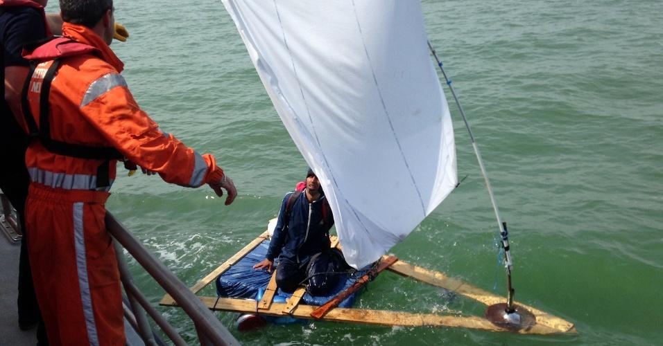 """5.mai.2014 - Equipe de resgate socorre afegão de 23 anos no mar próximo a Sangatte, na costa francesa, após ele tentar atravessar o canal da Mancha, entre França e a Inglaterra, em uma balsa improvisada com lençol como uma vela, na segunda-feira (5). O afegão, que havia partido de Calais para tentar chegar à ilha britânica, começava a desenvolver hipotermia, e se disse """"primeiro decepcionado e, em seguida, contente por ter sido resgatado"""""""