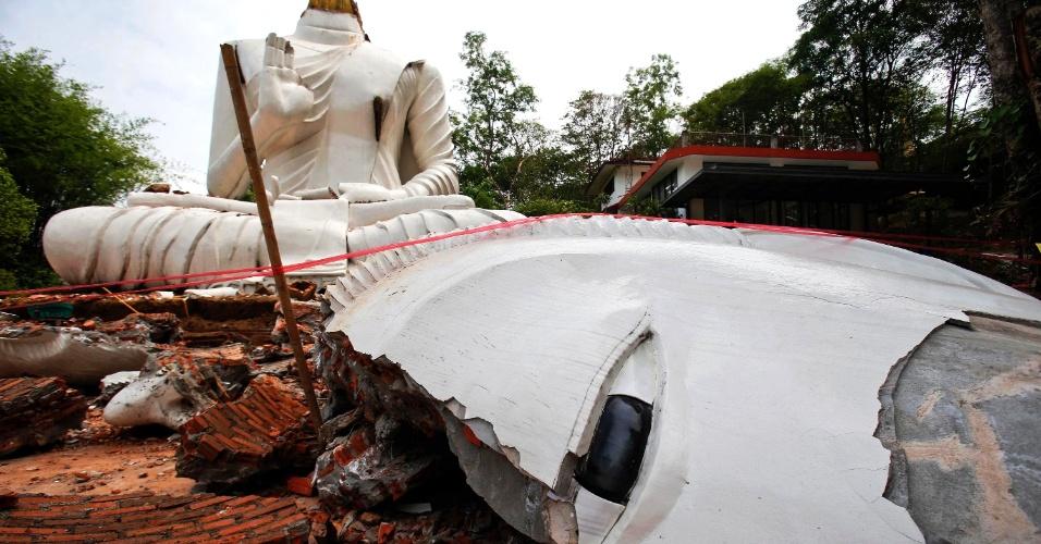 6.mai.2014 - Estátua de Buda no templo Udomwaree, em Chiang Rai, é danificada por terremoto de magnitude 6.1 que atingiu o norte da Tailândia. Uma pessoa morreu e ao menos 23 ficaram feridas em decorrência do tremor, ocorrido a 10 km de profundidade no solo