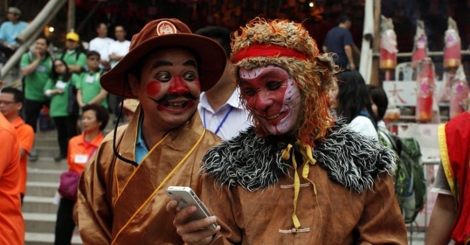 6.mai.2014 - Homem vestido como um macaco participa, ao lado de um amigo, do Bun Festival, em Hong Kong, na China. O festival celebra a libertação dos anos de fome há muitos séculos atrás e pretende aplacar os fantasmas e espíritos inquietos