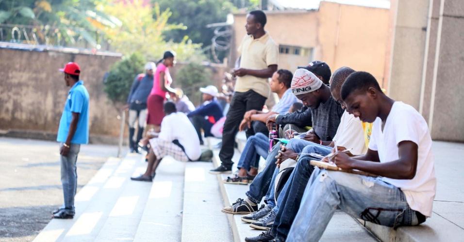 6.mai.2014 - Imigrantes do Haiti aguardam atendimento de funcionários do Centro de Apoio ao Trabalho em frente à paróquia Nossa Senhora da Paz, no Glicério, região central de São Paulo. A Prefeitura de São Paulo inaugura hoje um abrigo para os haitianos vindos do Acre