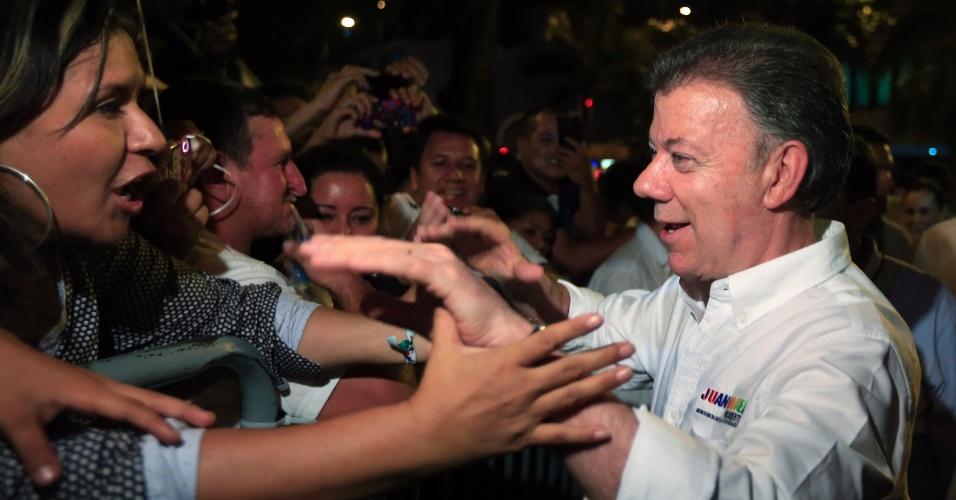 6.mai.2014 - O presidente da Colômbia, Juan Manuel Santos, cumprimenta apoiadores durante atividades de campanha para as eleições presidenciais em Villavicencio, nesta terça-feira (6). O pleito está marcado para o dia 25 de maio